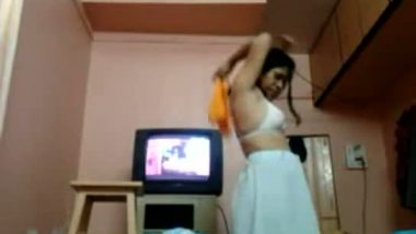 Mallu hot bhabhi caught by servant during changing