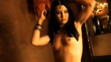 Beautiful Foreign Goddess Reveals Her Body