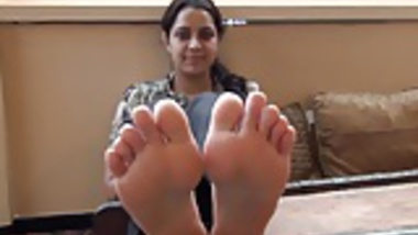 Desi Babe shows her feet in restaurant