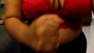 Indian slutty wife knows how to blow the cock