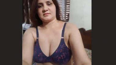 Beautiful pakisthani bhabhi make her nude vdo