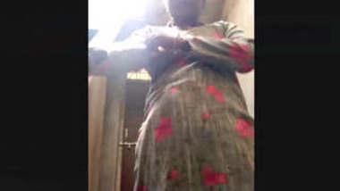 Desi bhabhi bathing vdo captured