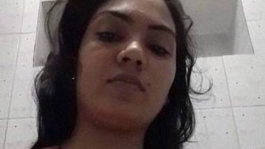 Bhabhi in bathroom making full naked selfie video