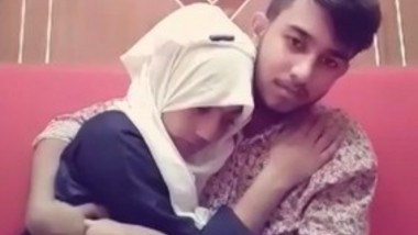 Cute Desi gf Kissing And Smooching(Look At her expressions)
