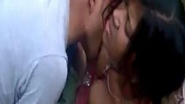 Indian guy kisses XXX tits of GF during outdoor chudai not noticing cam