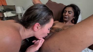 Desislut and white girl lesbian pussy eating.