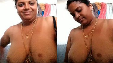 Libidinous Indian woman has some time for porn in front of the webcam
